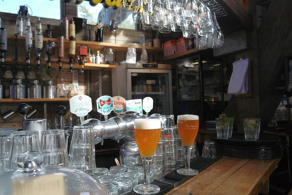 Cafe De Ceuvel Amsterdam Biergläser Theke