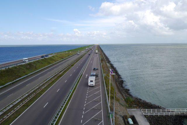 Über den Abschlussdeich zwischen Ijsselmeer und Nordsee
