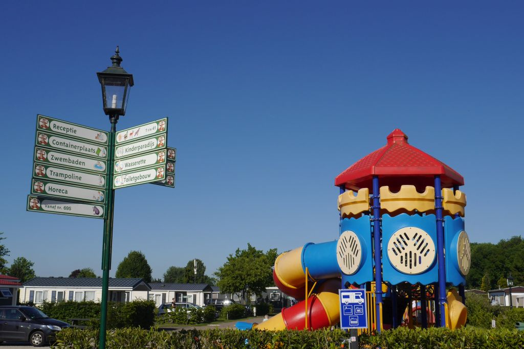 Wegweiser und Spielgerüst Recreatiepark Duinhoeve