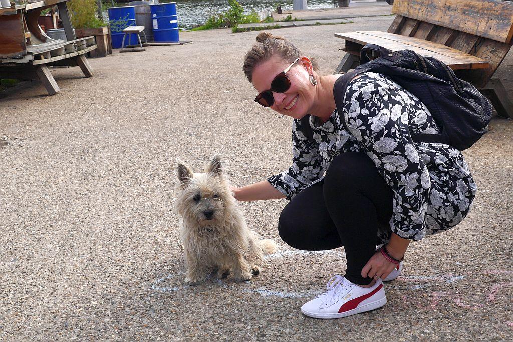Cafe de Ceuvel Amsterdam Stefanie mit Hund