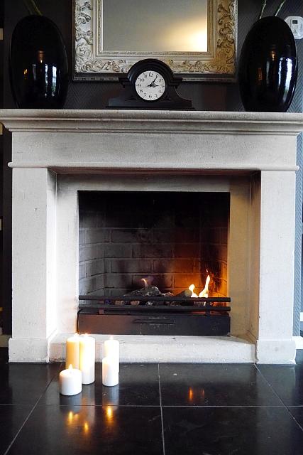 Kasteeldomein De Cauberg Kerzen vor Kamin Wohnzimmer
