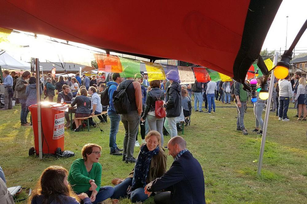 Besucher Zelt Planet Oedipus 2017 Festival Amsterdam