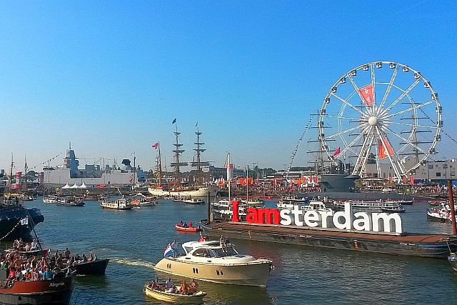 Sommer in Amsterdam: die sonnenglitzernde Stadt