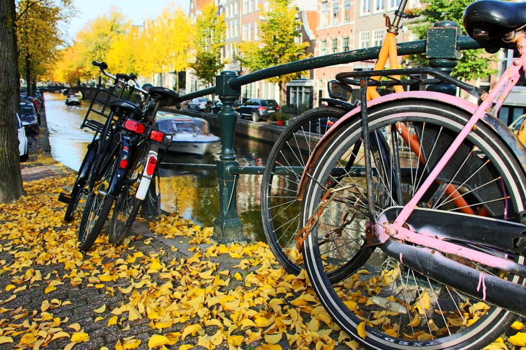 Herbst in Amsterdam Fahrräder an der Gracht