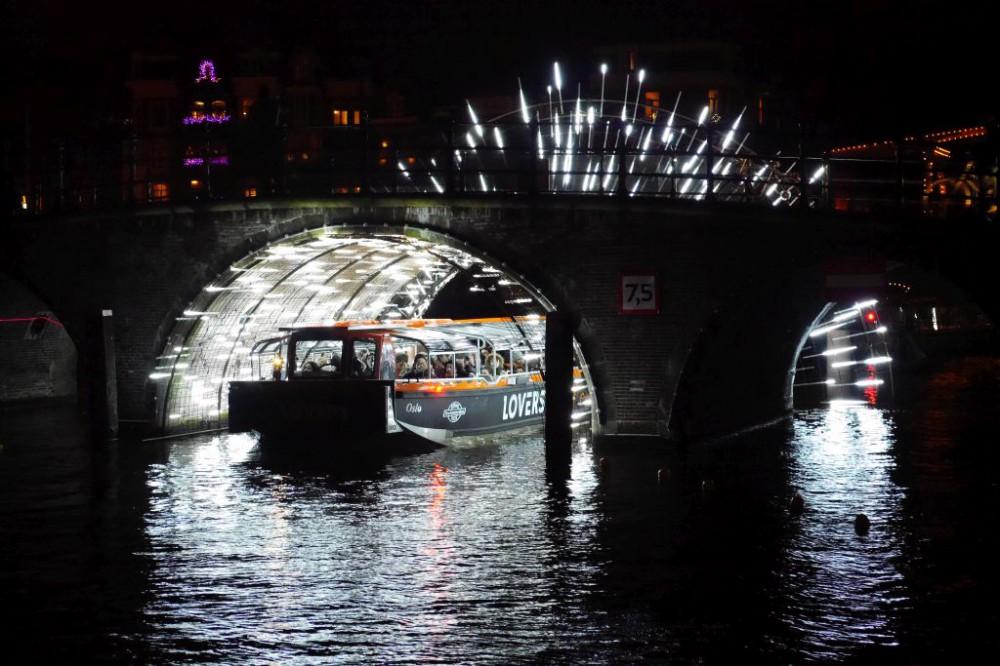 Light Festival Amsterdam Boot unter Brücke