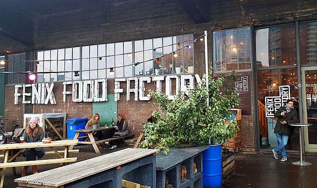 Fenix Food Factory in Rotterdam: Atmosphärische Foodhall mit Brauerei am Wasser