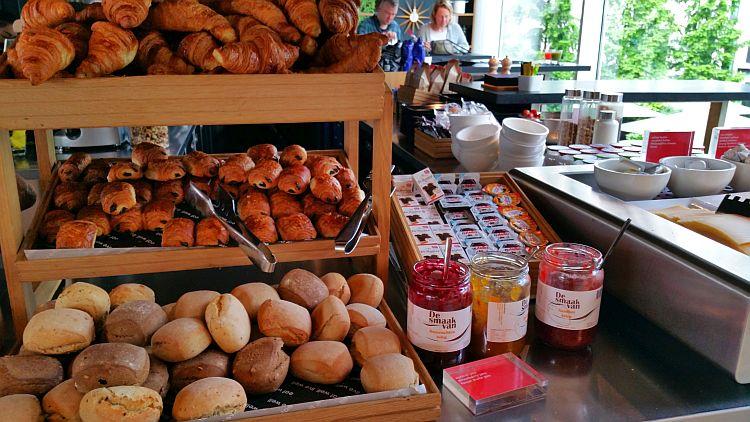Frühstück Brötchen citizenM Rotterdam
